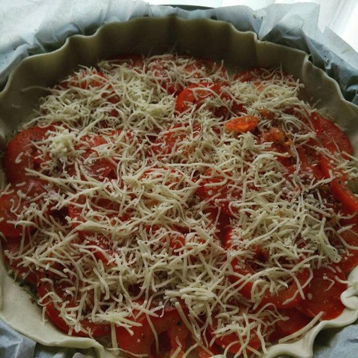 Tarte à la tomate in process